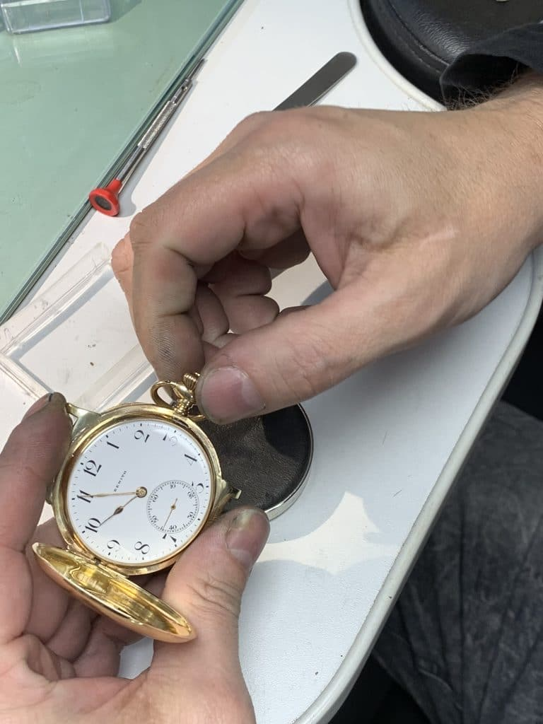 Juwelier Jos Kroon en stift van horloge