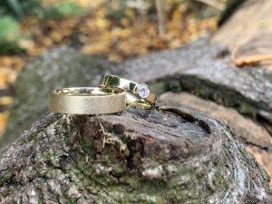 Jan en Elly trouwden zonder hun ouders: 'Hun trouwringen en as zijn verwerkt in onze ringen'