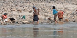 Goudzoekers langs de rivier